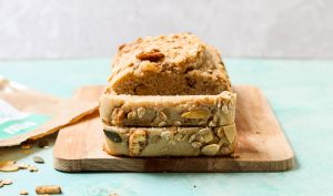 עוגת קינמון ואגוזי מלך בחושה טבעונית עם קמח כוסמין